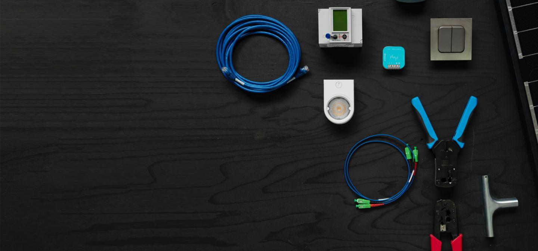 Bild representerade programmet el och energi med sladdar, knappar och verktyg